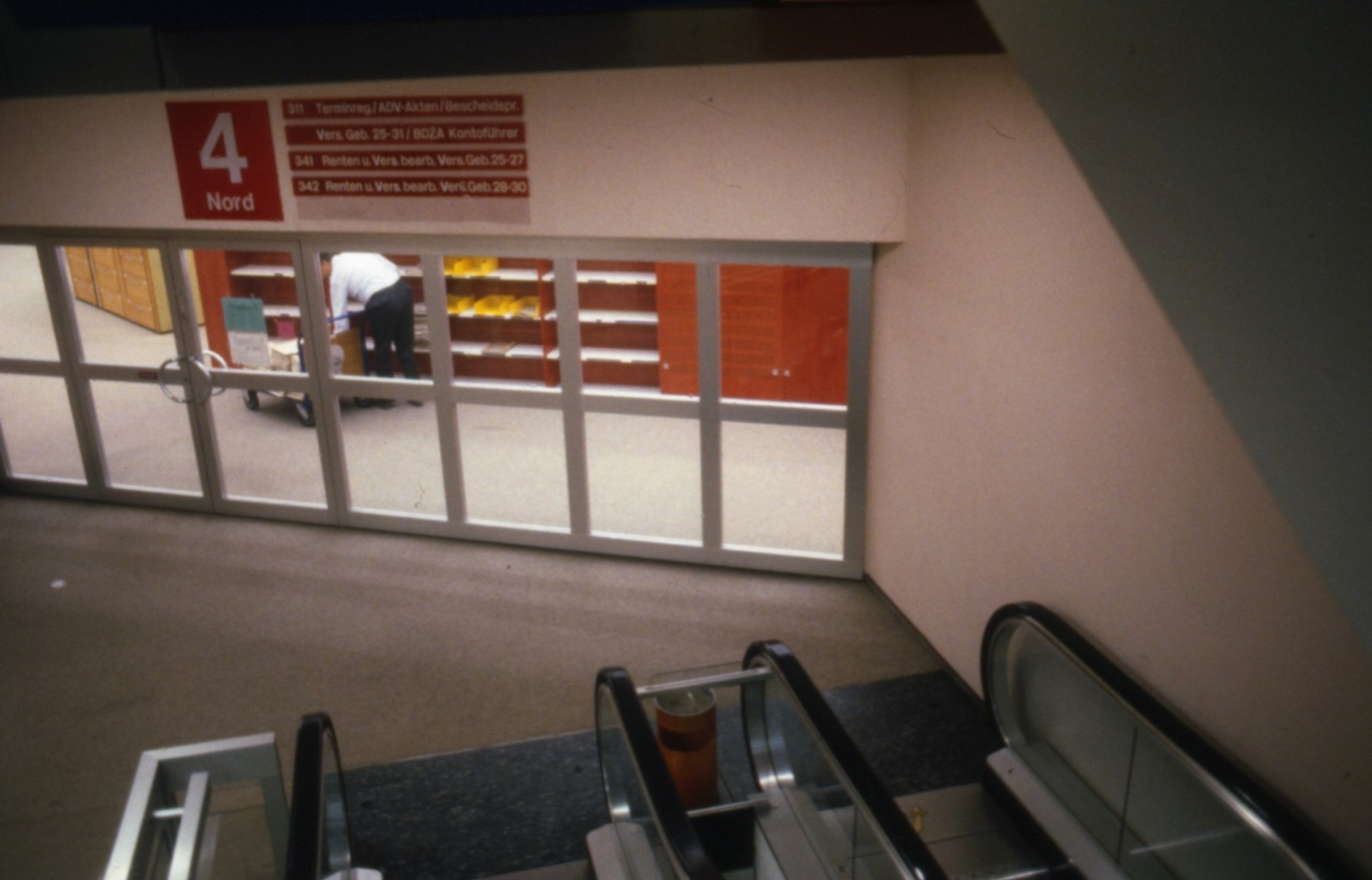 Das Farbleitsystem der Bürogeschosse bot Orientierung: neben den Schildern und den Begrenzungswänden von Domus war die Wandfarbe darauf abgestimmt (Bild: Deutsche Rentenversicherung Baden-Württemberg, W. Trepl, um 1980)