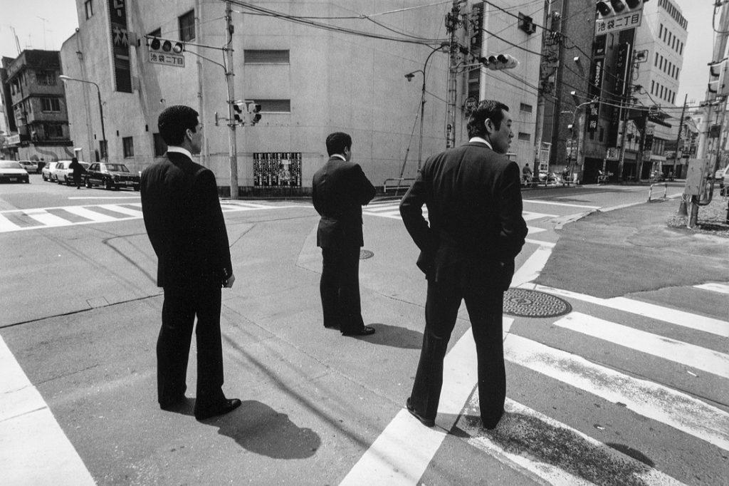 Alberto Venzago, Drei Mitglieder der Yakuza sichern eine Kreuzung, Tokio, Japan,1988 (Bild: © Alberto Venzago)