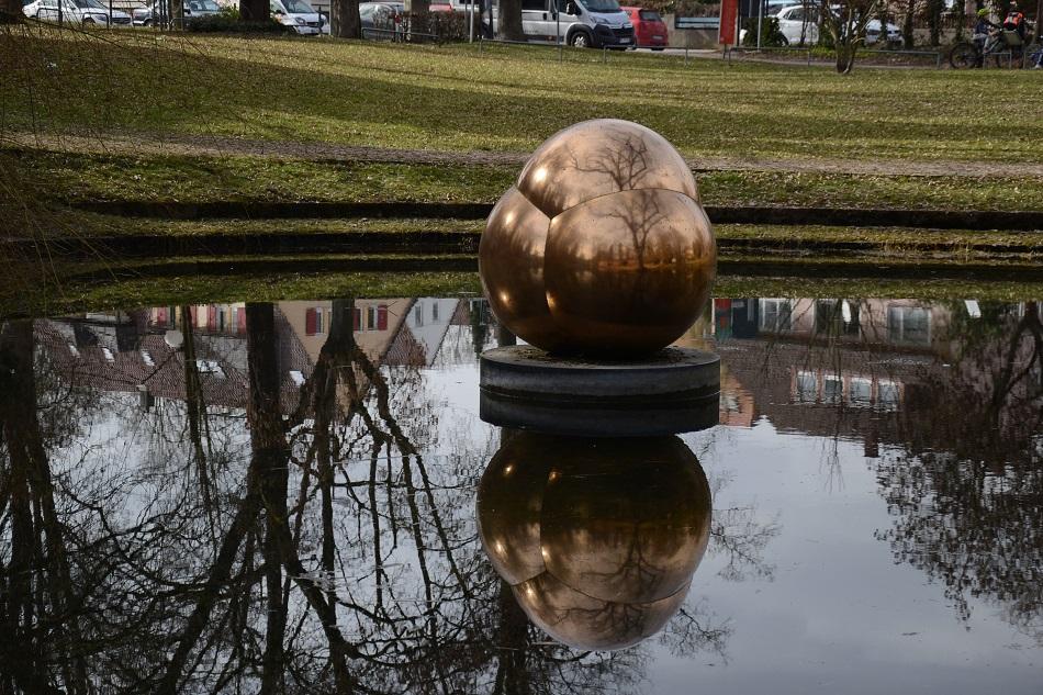 Walter Zeischegg, Kugelskulptur, 1973, im Glacis-Park Neu-Ulm (Foto: Christiane Wachsmann)