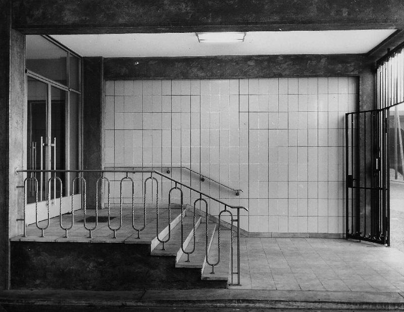 Reine Funktion: Der Haupteingang des Verwaltungsgebäudes der Schering AG, Aufnahme: 1953 (Foto: Schering Archiv, Bayer AG)