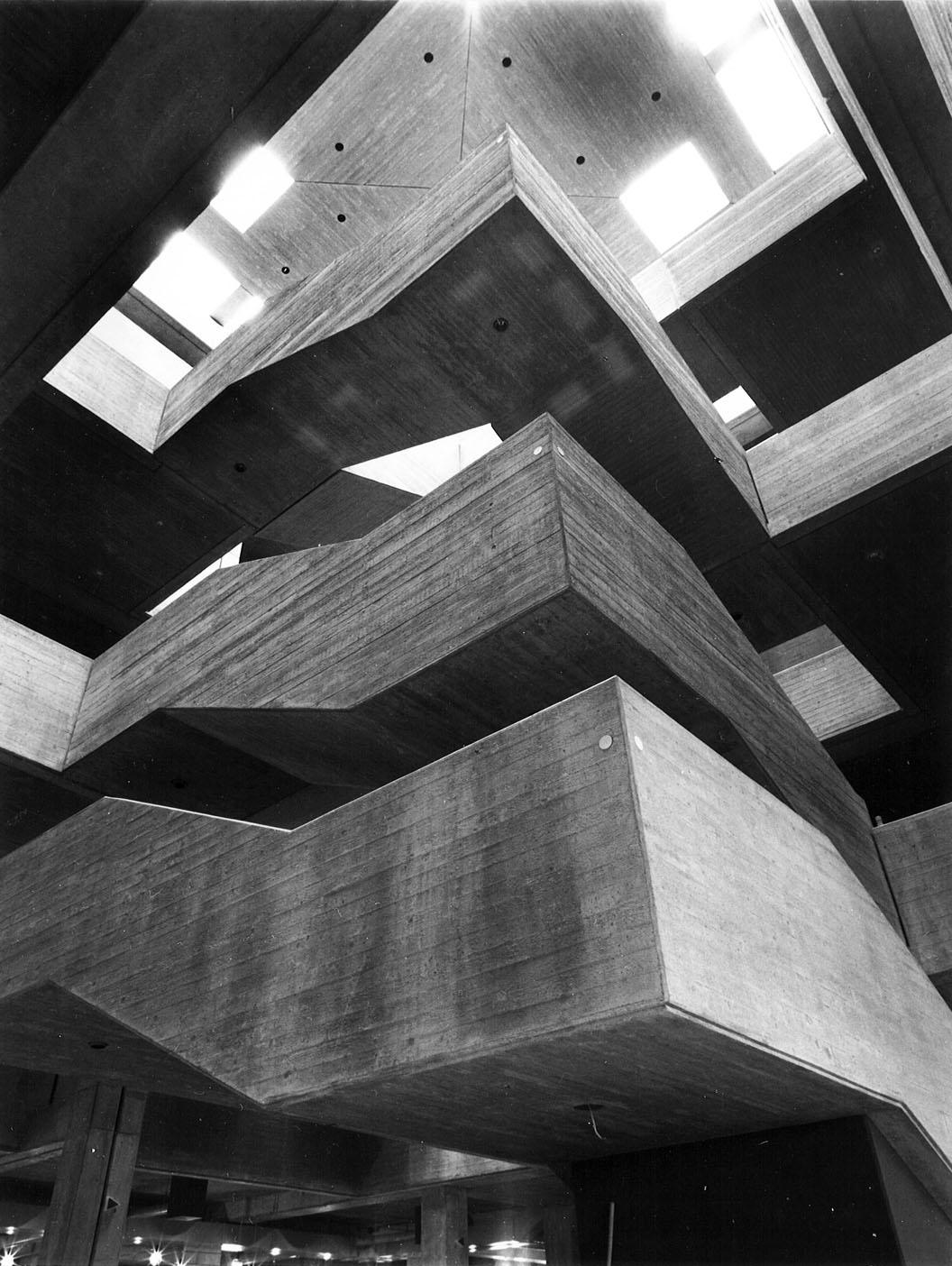 Ruhr-Universität Bochum, Eingangshalle der Bibliothek, (Bruno Lambert, 1972-74) (Bild: Universitätsarchiv Bochum, Dep. Staatl. Bauamt Bochum 02, 74.0640, Foto: Heinz Lohoff)