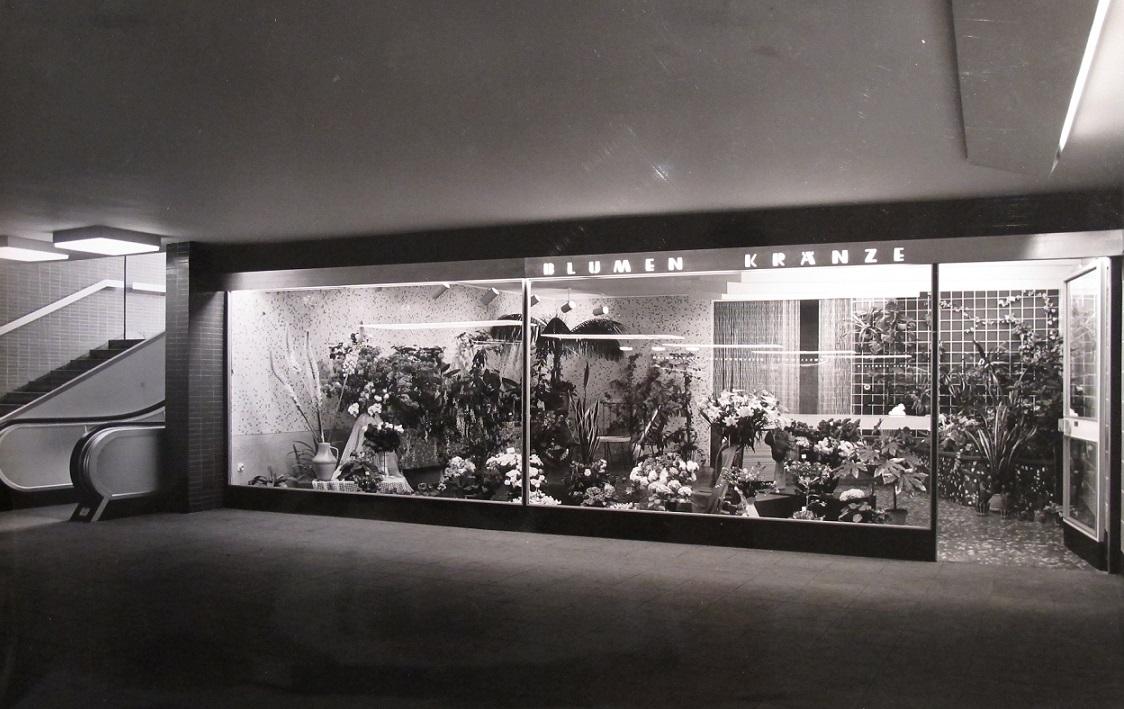 Auch die Ladengeschäfte wurden von Grundmann und Sandtmann am Hamburger Hauptbahnhof entworfen (Foto: F. Hewicker, Bild: Archiv F. Grundmann, um 1960)