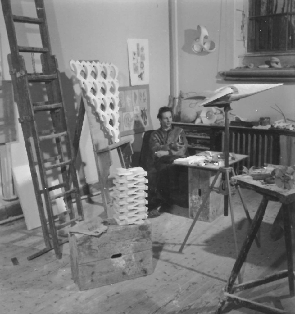 """Walter Zeischegg in seinem Wiener Atelier, um 1948, links auf der Staffelei das """"räumlich-Plastische Gitterwerk"""" - in der Wiener Bildwoche als """"Genieblitz"""" tituliert (Foto: HfG-Archiv, Nachlass Zeischegg)"""