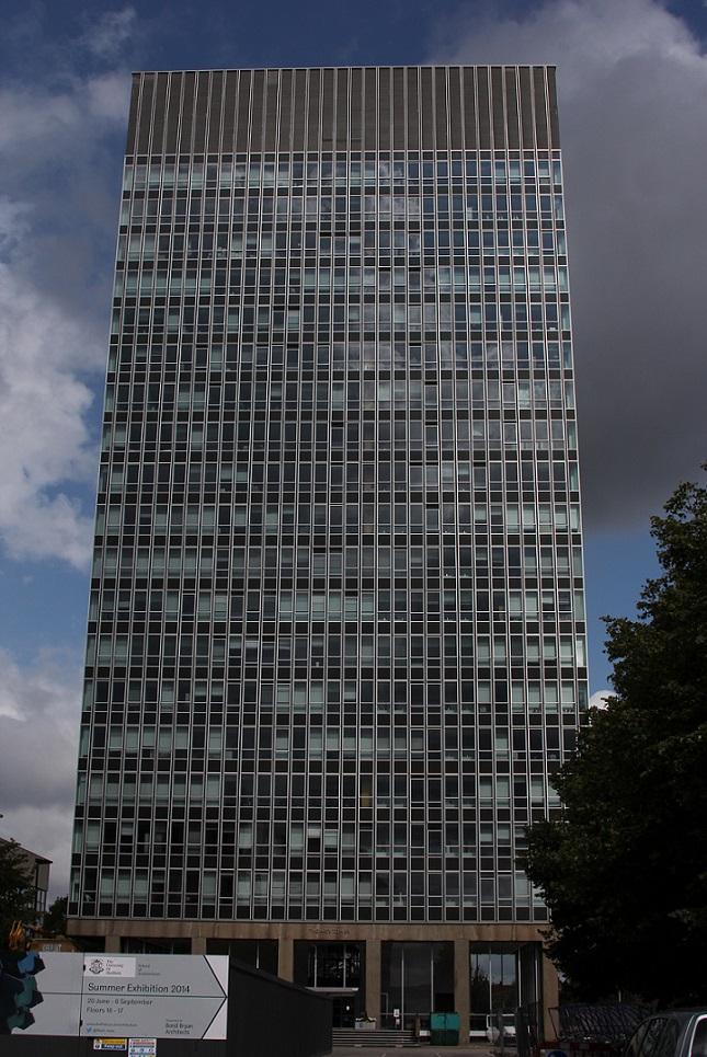 Der Arts Tower der Universität in Sheffield wird ganz über einen Paternoster erschlossen (Bild: E. Ruthner)