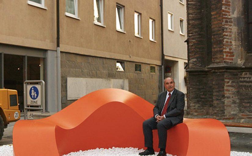 Walter Zeischegg/Ralf Milde, Aschenbecher im Großformat, Ulm 2003 (hier mit dem damaligen Oberbürgermeister der Stadt, Ivo Gönner) (Foto: Südwestpresse/Volkmar Könneke)