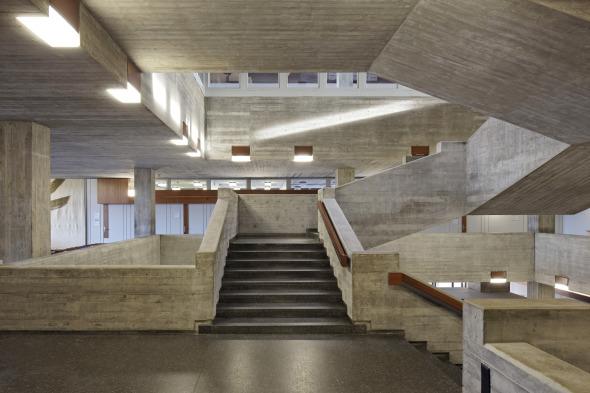 Universität St. Gallen, Treppe im Hauptgebäude im 1. Obergeschoss, nach der Sanierung (architekten: rlc ag, 2011) (Bild: Hanspeter Schiess)
