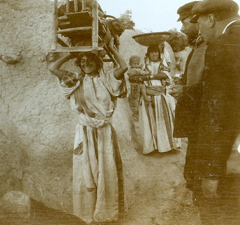 Valentin Schwöbel und Emil Zickermann begegnen einer Frau mit Wiege in Samaria, 9. April 1905 (© Gustaf-Dalman- Institut, Greifswald)