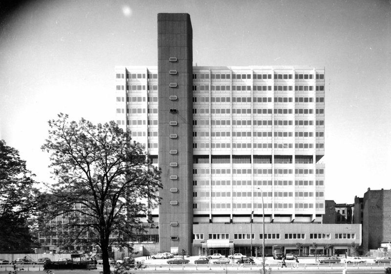 Verwaltungshochhaus an der Müllerstraße kurz nach Fertigstellung des ersten Bauabschnittes (Bild: Schering Archiv, Bayer AG, 1974)