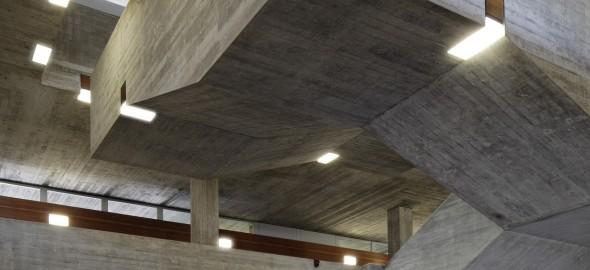 Universität St. Gallen, Treppe im Hauptgebäude der Universität, nach der Sanierung (architekten: rlc ag, 2011) (Bild: Hanspeter Schiess)