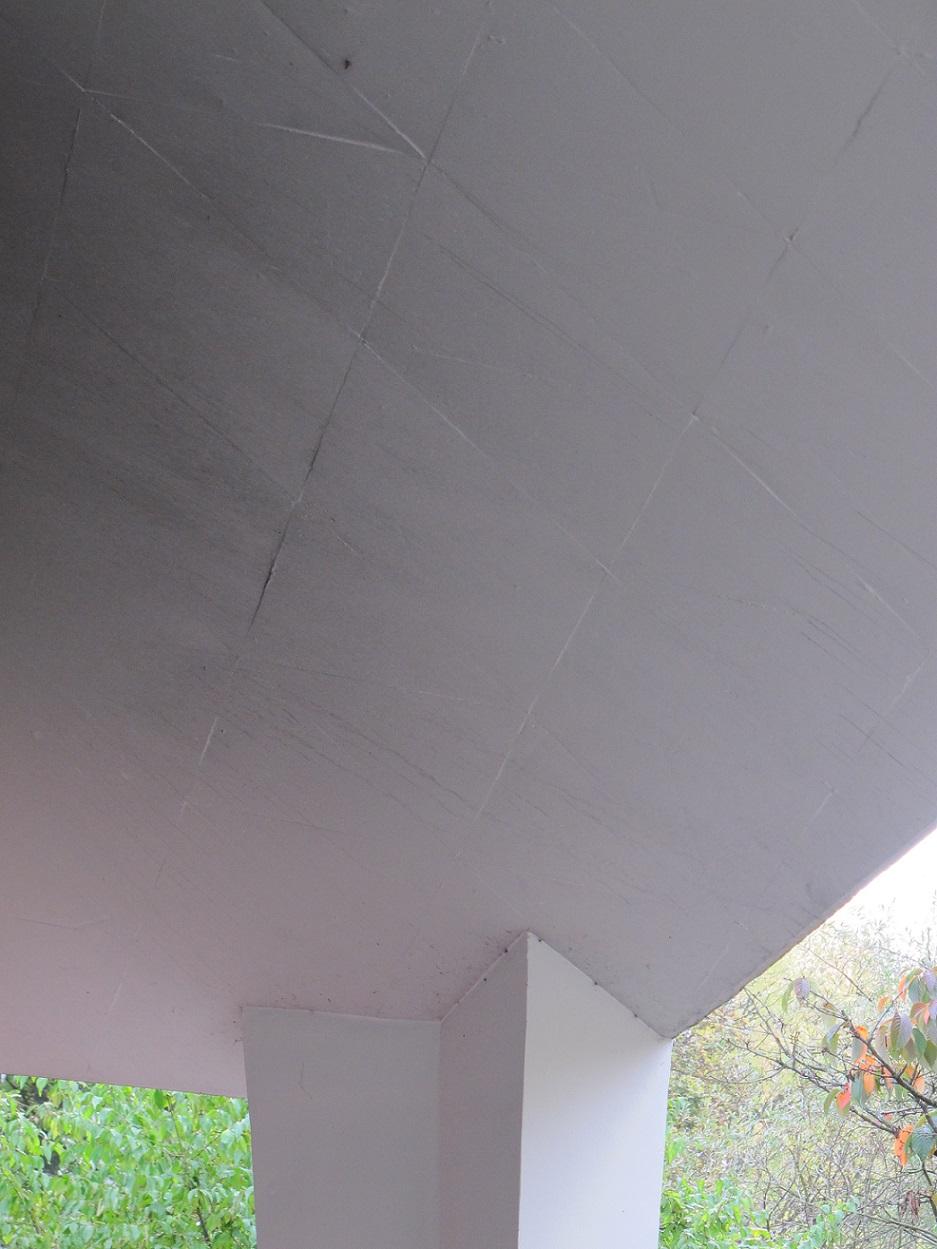 An der Lübecker Straße wurde die Betonkuppel mit Dreiecksplatten geschalt, die sich bis heute als Muster abzeichnen (Bild: K. Berkemann)