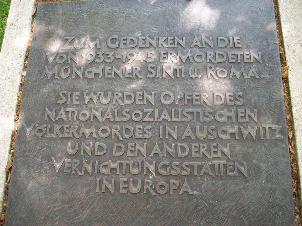 München, Schriftzug von Franz Hart am Mahnmal für Sinti und Roma (Bild: Tobias Köhler, Fakultät für Architektur, TU München)