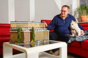 """Der Bastler Gerald Fuchs vor einem seiner """"Mega-Modelle"""", die er aus vielen zerlegten kleineren Bausätzen zu etwas Neuem zusammenfügt (Copyright: Andreas Beyer)"""