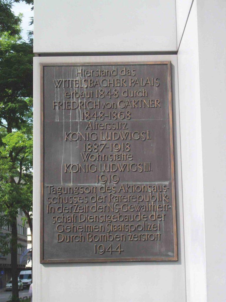 München, Schriftzug von Franz Hart an Hinweisschild auf Wittelsbacher Palais (Bild: Tobias Köhler, Fakultät für Architektur, TU München)