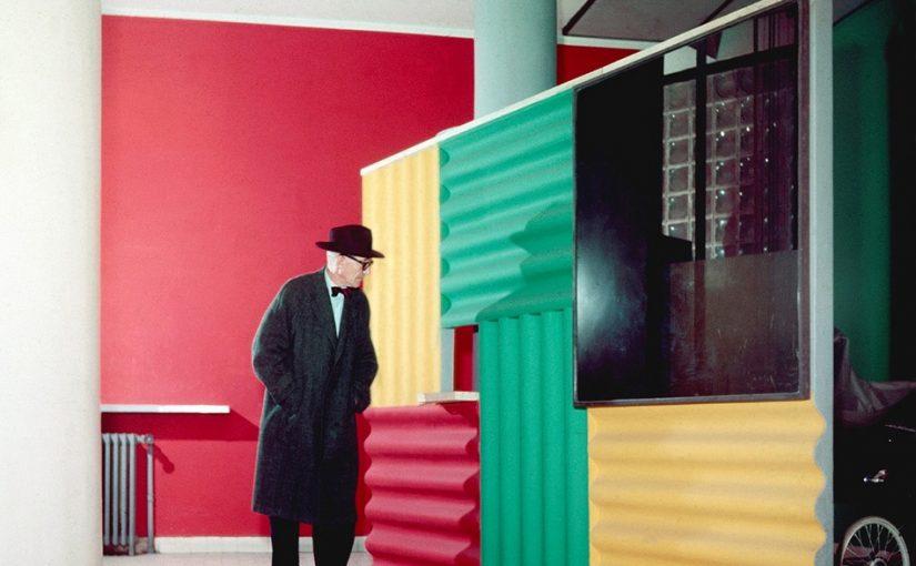 Le Corbusier vor dem Paravent in der Halle des Immeuble Molitor: bemalte, mit Beton hintergossene Welleternitplatten, ausgeführt als Prototyp einer Brise-soleil-Konstruktion (Bild: © Willy Rizzo, 1959)