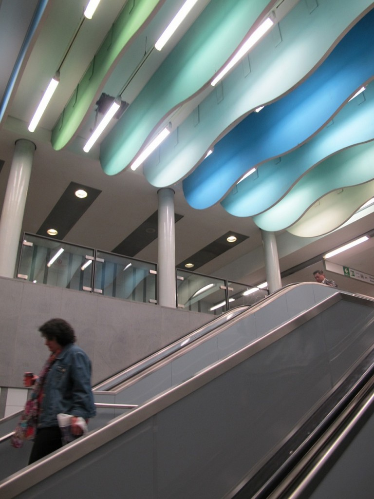 """Bei der Sanierung des U-Bahnhofs """"Wandsbek Markt"""" gestaltete die Malerin Gisela Grundmann eine Deckenabhängung in Wolkenform (Bild: K. Berkemann)"""