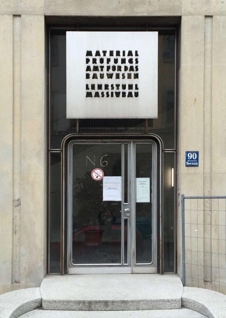 München, Lehrstuhl für Massivbau, Schriftzug von Franz Hart (Bild: Tobias Köhler, Faktultät für Architektur, TU München)
