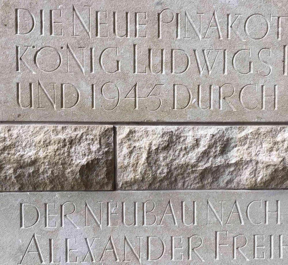 München, Schriftzug an der Pinakothek (Bild: Tobias Köhler, Fakultät für Architektur, TU München)