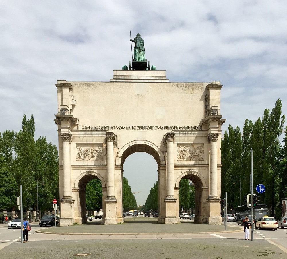 München, Siegestor, Schriftzug von Franz Hart (Bild: Tobias Köhler, Fakultät für Architektur, TU München)