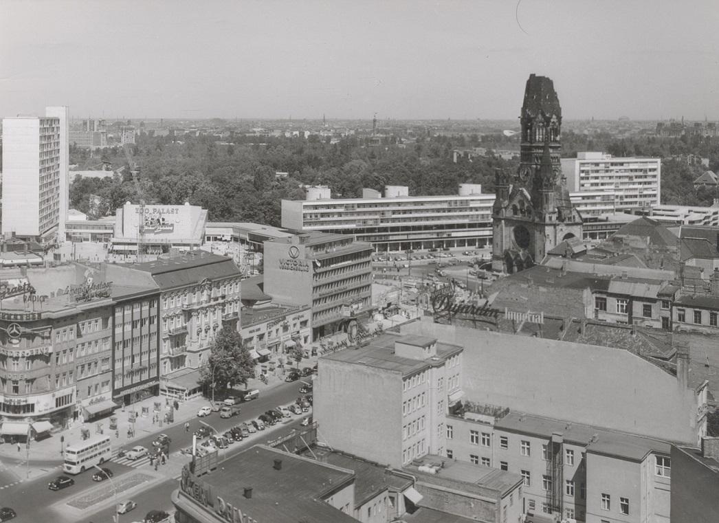 """Das gerade eingeweihte """"Zentrum am Zoo"""" - noch bevor Egon Eiermann die Kaiser-Wilhelm-Gedächtnis-Kirche wiederaufbaute (Bild: Archiv Paul Schwebes, um 1960)"""