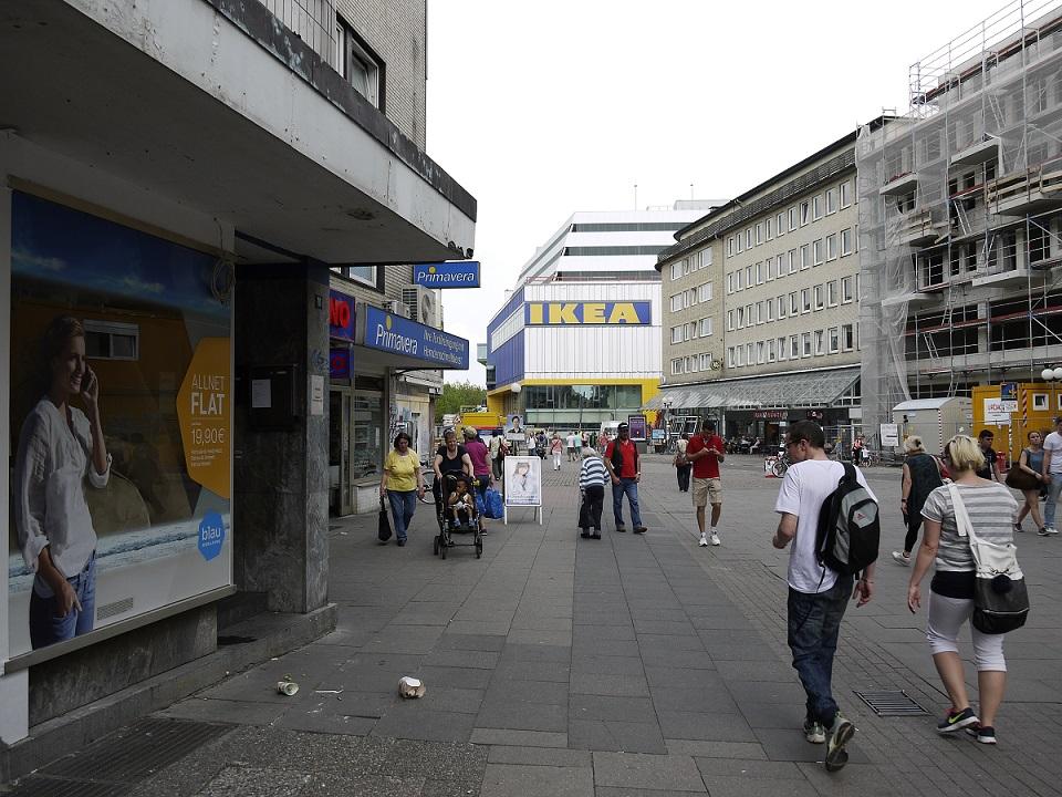 Gestrandete Post-Post-Post-Moderne: Der neue IKEA-Bau drängt sich als Wal zwischen die vernachlässigten 1950er-Jahre-Bauten in der Neuen Großen Bergstraße (Bild: Sylvia Necker)