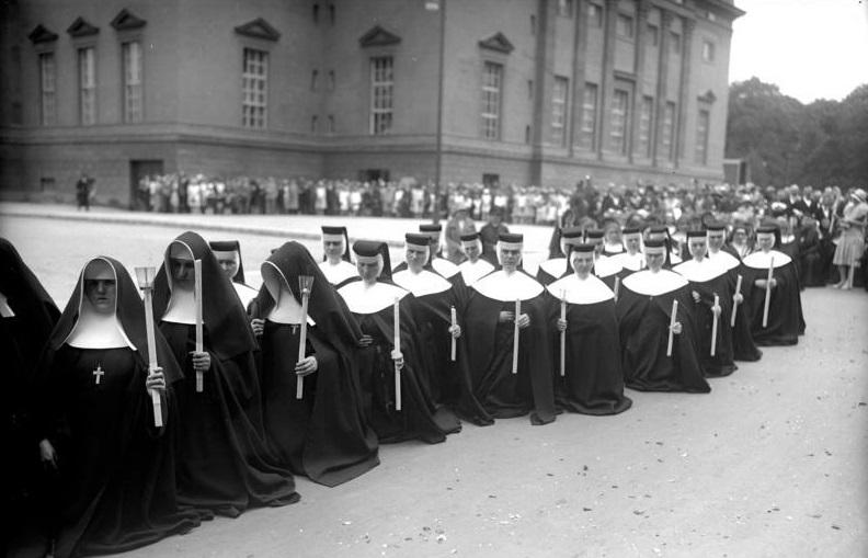 Berlin, Fronleichnam-Prozession, Nonnen (Bild: Bundesarchiv Bild 102_13518)