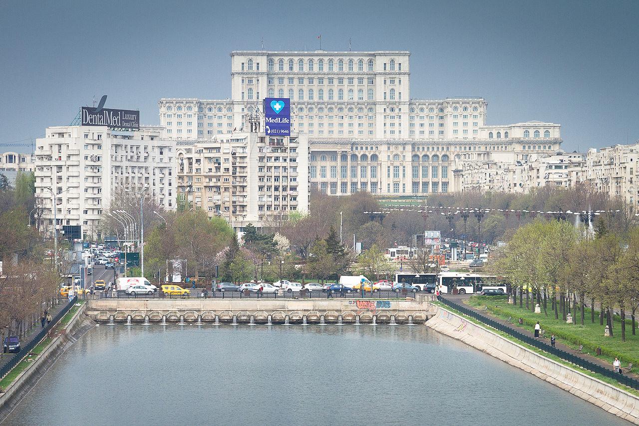 """Das Haus des Volkes heißt jetzt """"Parlamentspalast"""" - und überragt Bukarest bis heute (Bild: Mihai Petre)"""