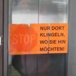 Offenbach, Gothaer-Haus, Hinweis am Klingelschild (Bild: D. Bartetzko/J. Reinsberg)
