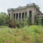 Die Pfeilerhalle am Kulturhaus Zinnowitz mischt Formen der NS- und Barockarchitektur (Bild: D. Bartetzko)