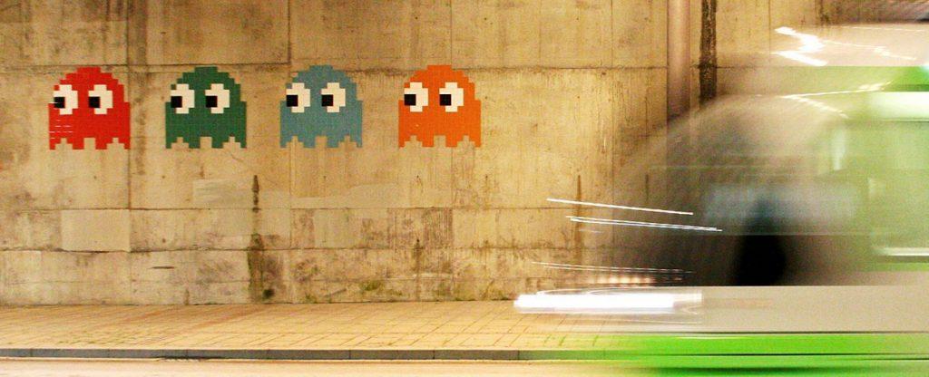 """""""Pacman"""" des Künstlers Invader auf einer Mauer in Bilbao nahe dem Guggenheim-Museum (Bild: kurtxio, CC BY SA 3.0)"""