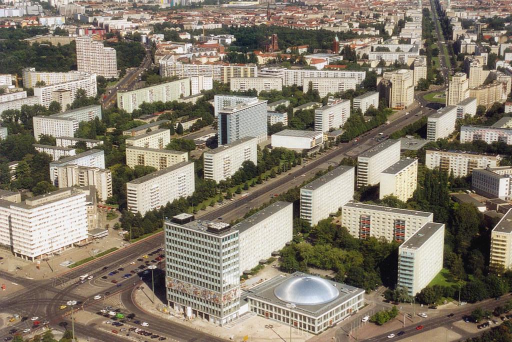 Berlin, Karl-Marx-Allee, aufgenommen vom Fernsehturm (Bild: Roger W, CC BY SA 2.0, 2004, via flickr.com)