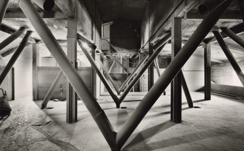 Tata Ronkoholz: ohne Titel (Rhein-Hafen No. i 6.34), um 1981, Gelatinesilber-Fotoabzug, 20,3 x 29,5 cm (Copyright: Estate of the Artist, Courtesy: Kicken Gallery Berlin)