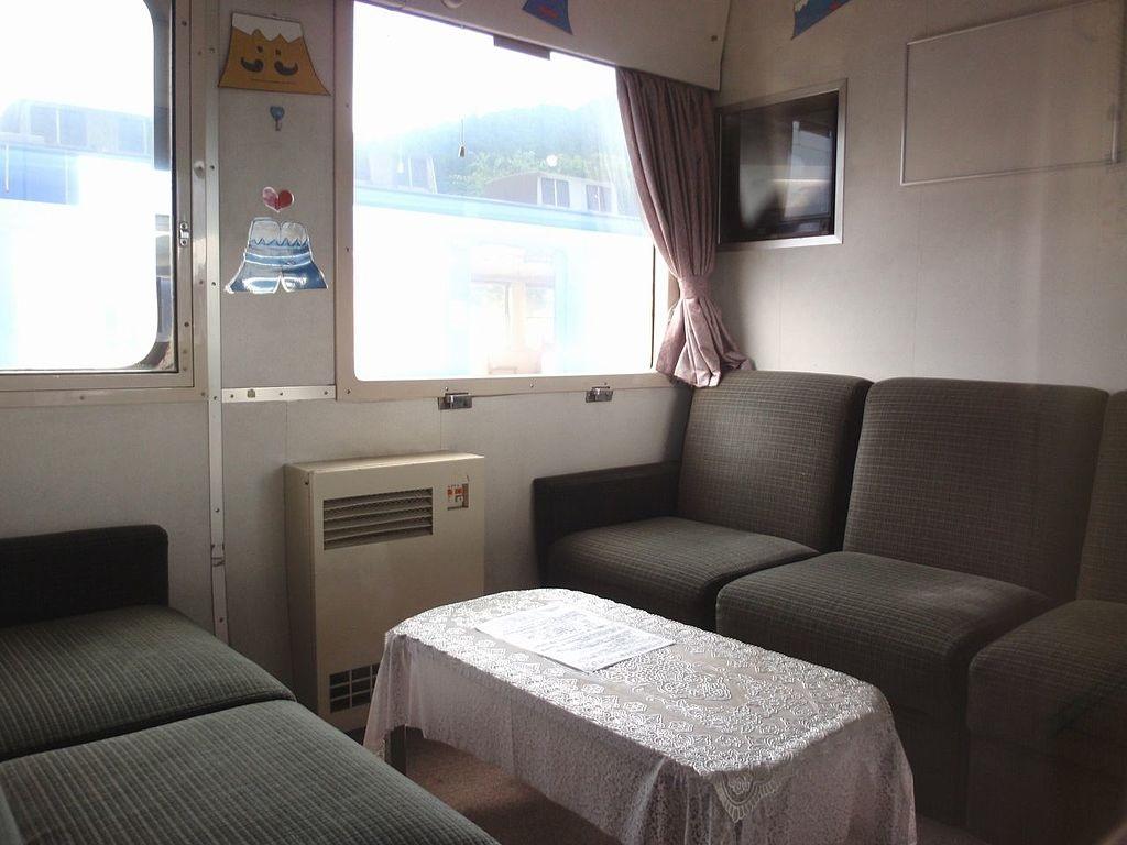 Gemütlicher reist man in Japan, wo manches Eisenbahnabteil an Omas Wohnzimmer erinnert … (Bild: PD)