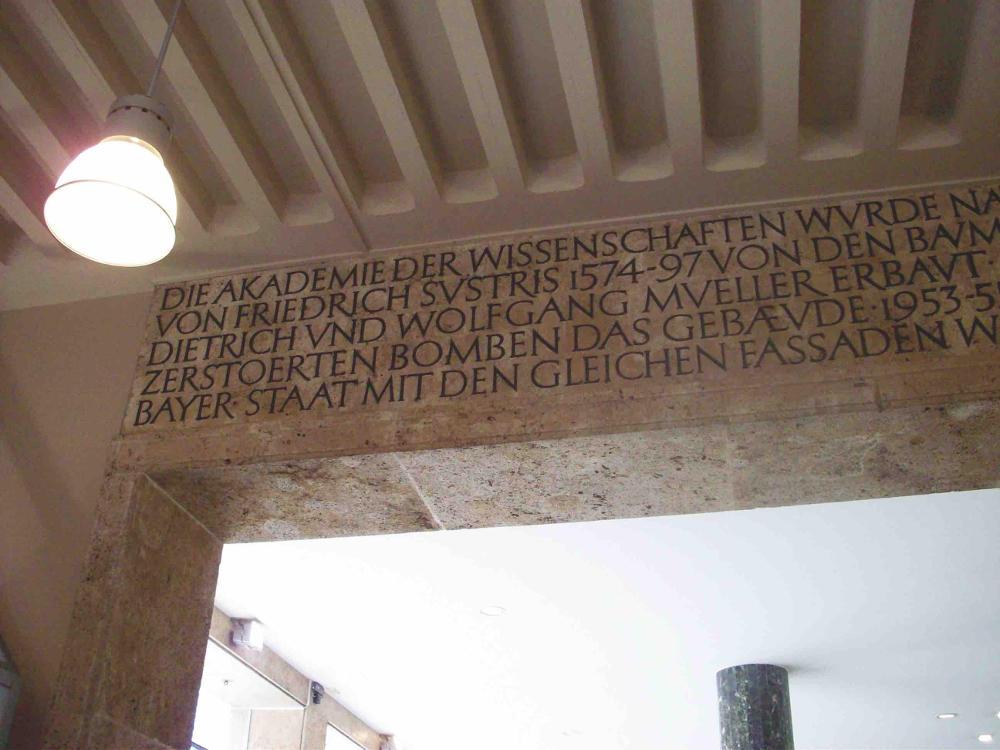 München, Inschrift von Franz Hart zur Akademie der Wissenschaften in der Kaufhaus-Hettlage-Arkade (Bild: Tobias Köhler, Fakultät für Architektur, TU München)