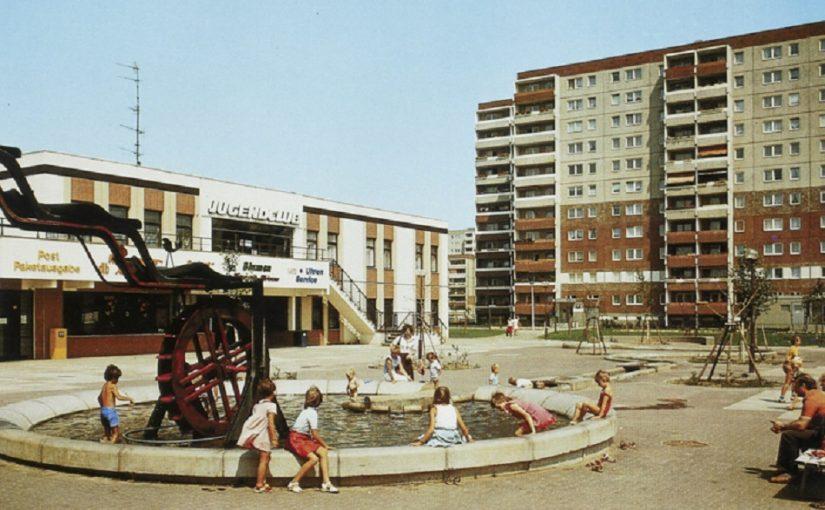 Berlin, Neu-Hohenschönhausen, Mühlenbrunnen Matenzeile, 1989 (Bild: historische Postkarte, Sammlung Ben Kaden)
