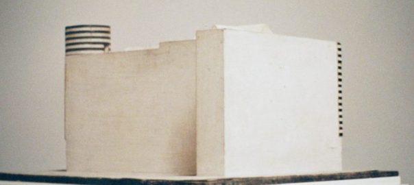 Rückseite des Modells von Haus Josephine Baker von Adolf Loos, 1928 (Foto: Armin Linke im Rahmen des Re-enactment-Projekts von Ines Weizman für Ordos 100, 2008)