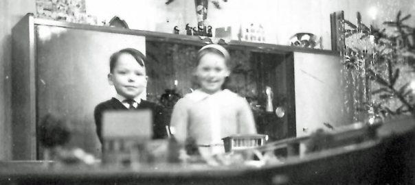 Amandus Sattler mit fünf Jahren und seiner Schwester vor der heimischen Modellbahn (Bild: privat)