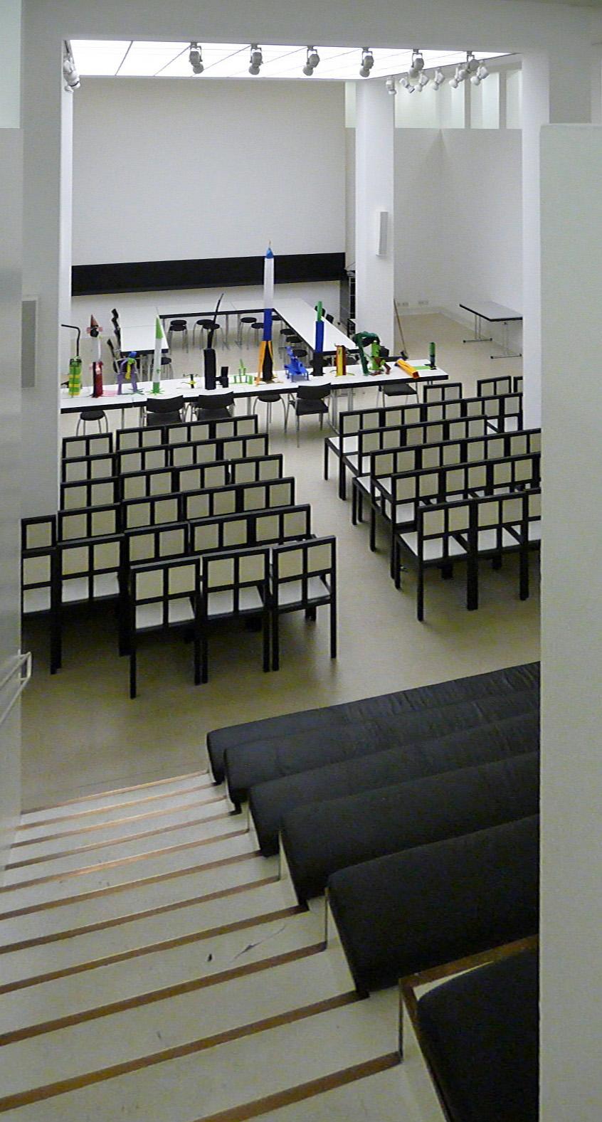 Das Auditorium im DAM mit den Stühlen nach Entwurf von Oswald Mathias Ungers (Bild: Warbug, dontworry, CC-BY-SA 3.0)