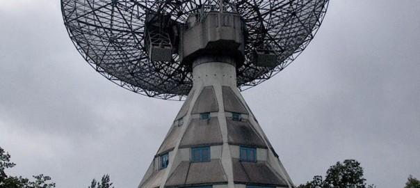 Empfing jahrzehntelang Radiowellen aus dem All: der Astropeiler auf dem Stockert (Bild: Putput, CC-By-SA 3.0)