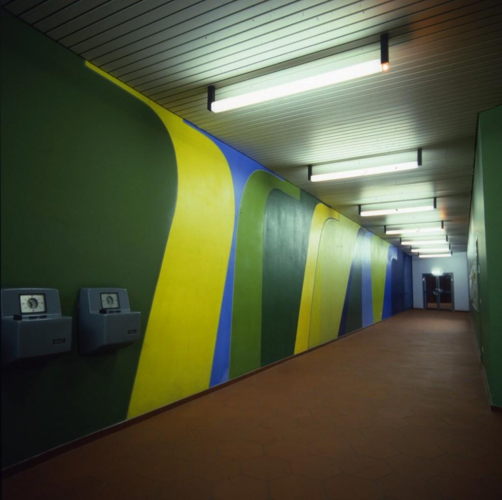 Korridor zum Sozialbereich mit Stempeluhren (Bild: Deutsche Rentenversicherung Baden-Württemberg, W. Trepl, 1975)