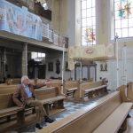 Heinz Willi Peuser in der Stadtpfarrkirche seiner Heimatsstadt Camberg, zu der er in einer seiner beiden Dissertationen forschte und wo er in der Kirchenmusik aktiv ist (Bild: K. Berkemann)