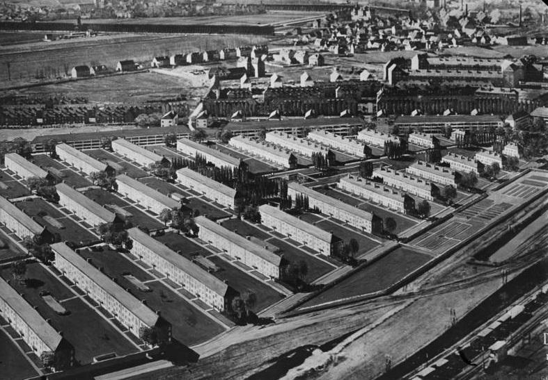 Im Zentrum der genormten Gartenstadt Bad Dürrenberg bei Merseburg (A. Klein, 1930) sollte ein begrünter Platz  mit Planschbecken zum Verweilen einladen (Bild: Bundesarchiv, 1930)