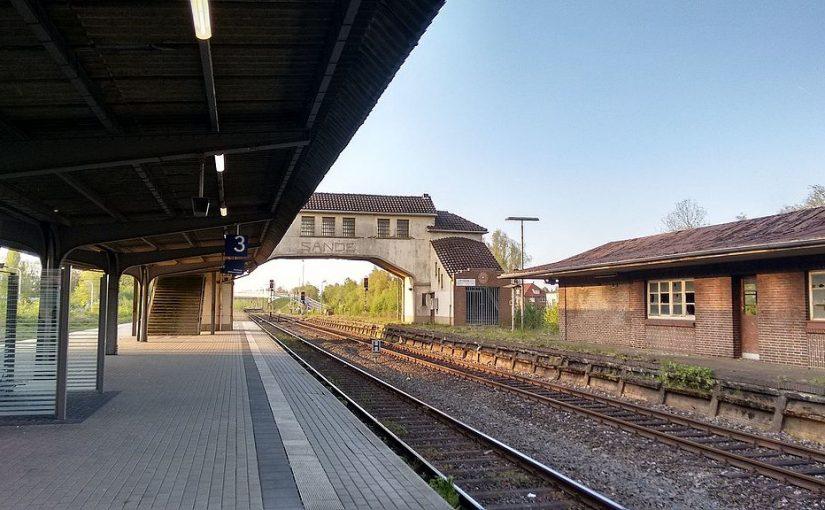 Oldenburg-Sande, Bahnsteigüberführung (Clic, CC BY SA 4.0)