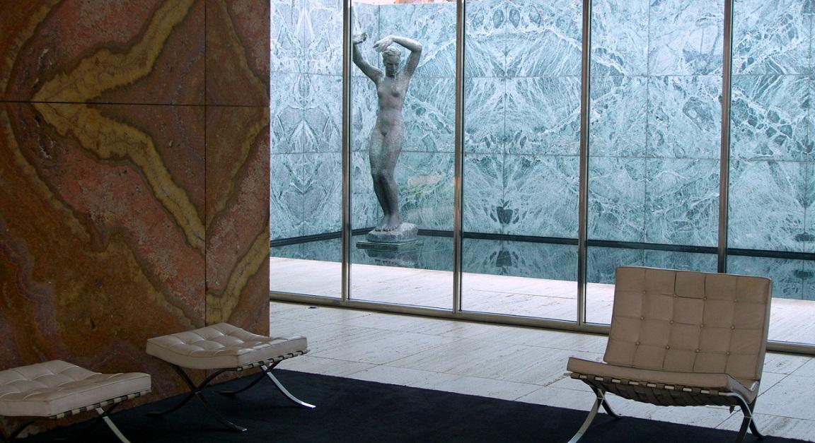 Barcelona, Pavillon von Mies van der Rohe mit Sesseln (Bild: buztanki, CC BY SA 3.0)