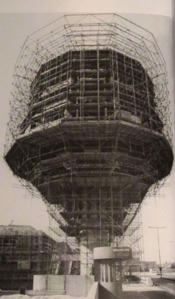 Die Stahlkonstruktion zur Aufnahme der Fassade: Berlin, Bierpinsel Baustelle, 1975 (Bild: Archiv Schüler-Witte)