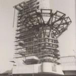 27 je elf Meter lange Pfähle und eine drei Meter dicke Betonplatte im Erdreich als Fundament: Der Turmschaft steht sicher! Berlin, Bierpinsel Baustelle, Montage der Stahlkonstruktion, 1975 (Bild: Archiv Schüler-Witte)