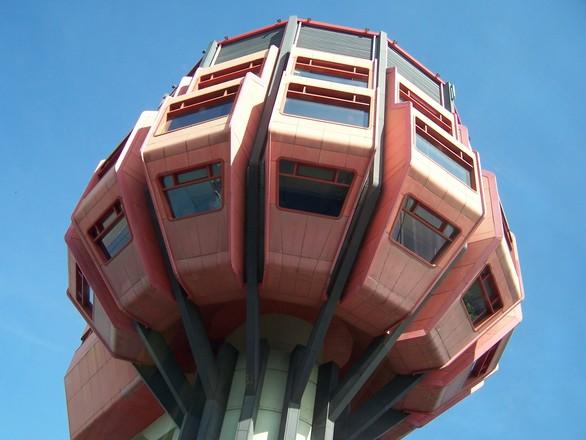 Die Fassadenelemente aus Eternit verblassten ab den 1990er Jahren. Berlin, Bierpinsel, um 2009 (Free Download, CC BY SA 4.0)