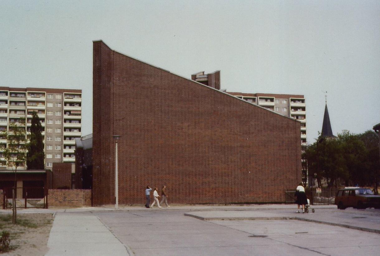 Berlin-Friedrichsfelde, Zum Guten Hirten (Deutsche Bauakademie/Rainer Rietsch, Walter Krüger und Bernd Stich, 1985) (Bild: Wolfgang Lukassek, 1980er Jahre)