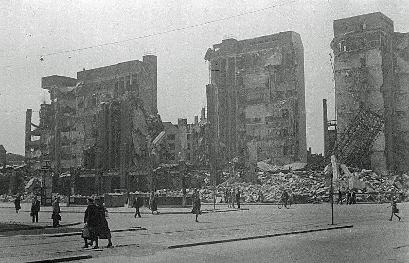 Berlin-Neukölln, Karstadt, Ruine im Mai 1945 (Bild: Abraham Pisarek, CC BY SA 3.0, Deutsche Fotothek)