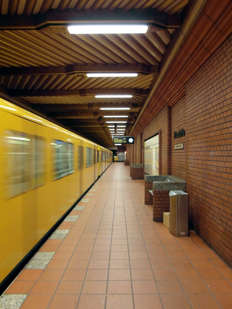 Berlin, Zugeinfahrt in den U-Bahnhof Zitadelle (Bild: Ingolf/Berlin, CC BY SA 2.0)