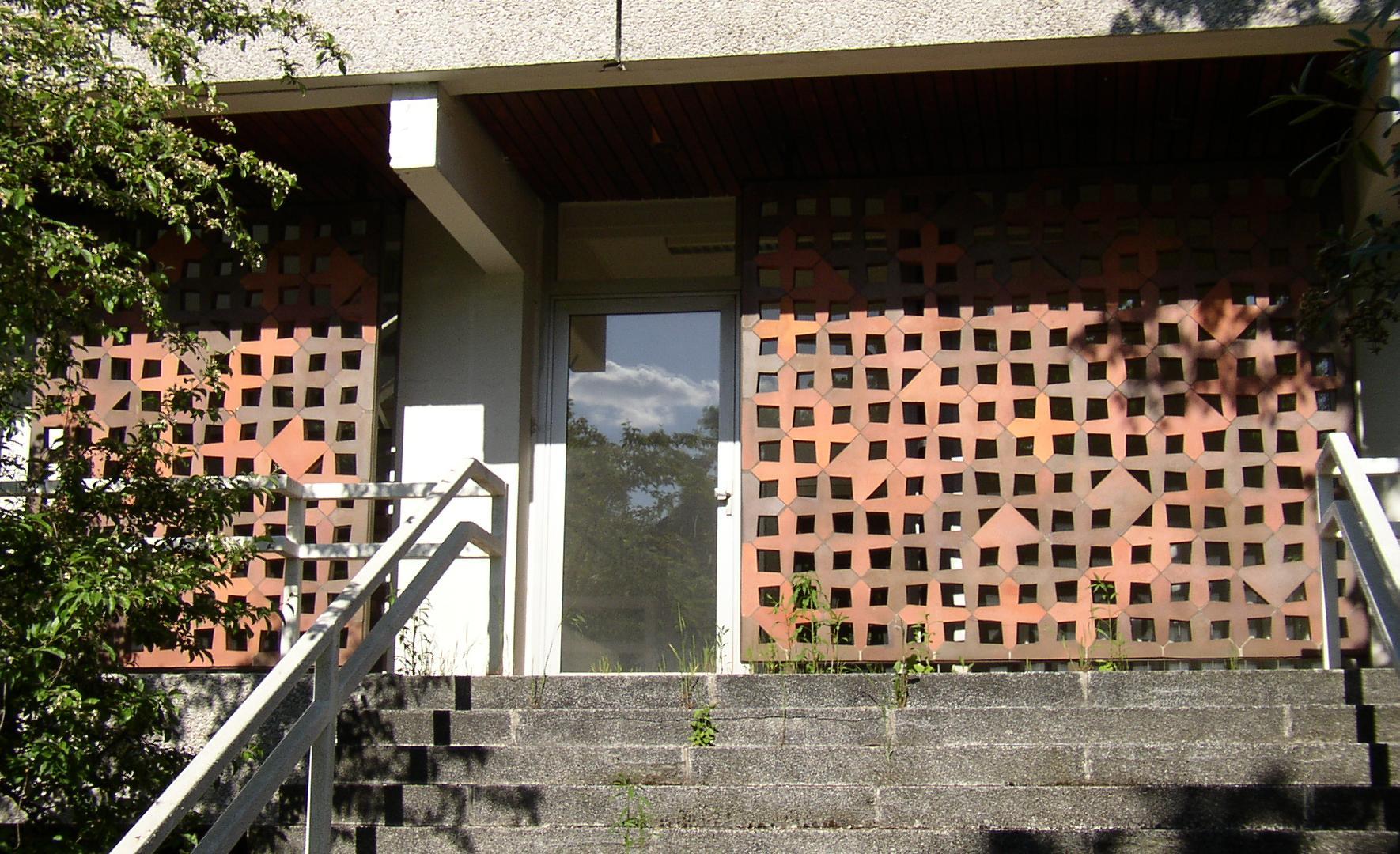 Die Kreuzsteine aus der Werkstatt von Hedwig Bollhagen retten die ehemalige Australische Botschaft (1973/74) in Berlin-Pankow - vorerst ... (Bild: Doris Antony, CC BY-SA 3.0)